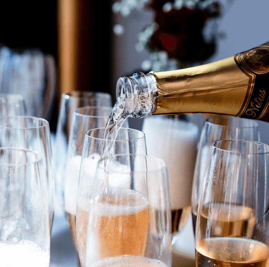 Champagne som hälls upp